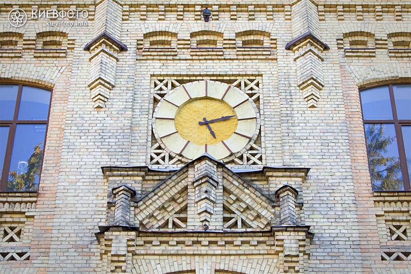 Годинники на фасаді головного корпусу КПІ