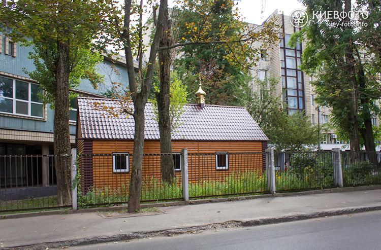 Невелика дерев'яна церква Миколи Чудотворця на території Інституту серцево-судинної хірургії імені Амосова був побудований в 2010 році.