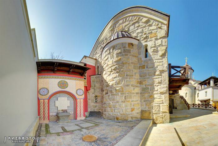 Архангело-Михайлівський Звіринецький монастир