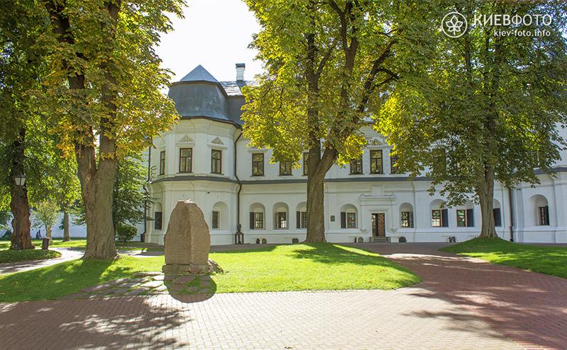 Камінь в пам'ять відкриття бібліотеки Ярослава Мудрого