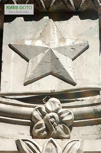 Ліпнина з радянською символікою на вулиці Рейтарській 30