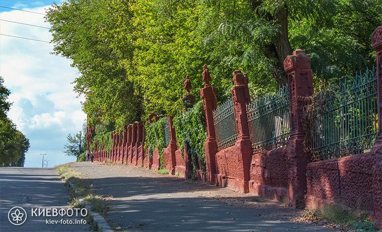 Вхідні ворота Байкового кладовища
