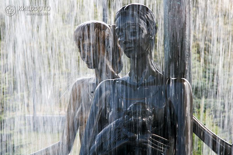 Фонтан з трьома дівчатами в «Саду каменів» на Оболоні