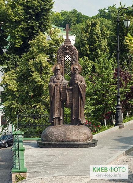 Пам'ятник Антонію та Феодосю Печерським у Лаврі