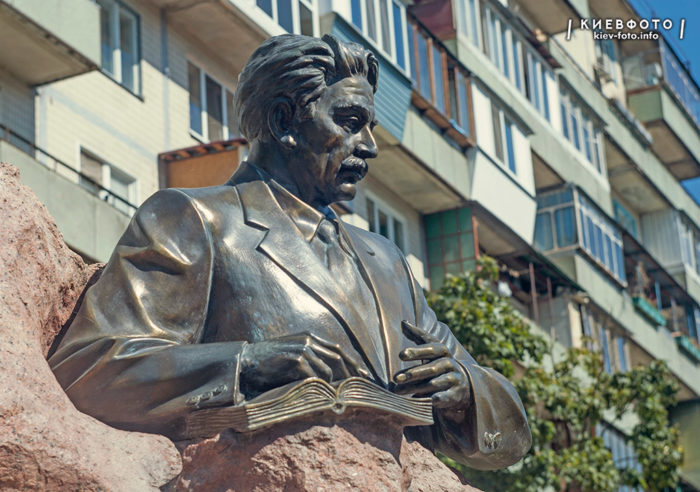 Пам'ятник Самеду Вургуну