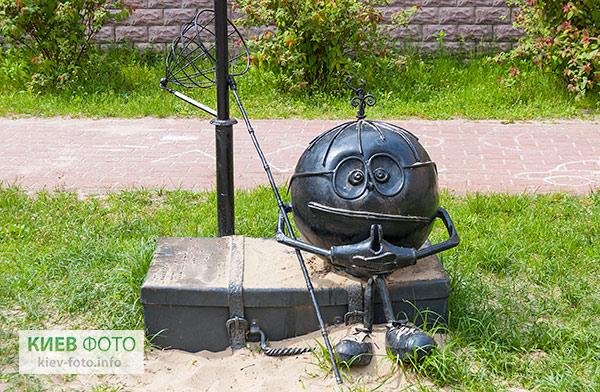 """Скульптура """"Шар-мандрівник"""" на Оболоні"""
