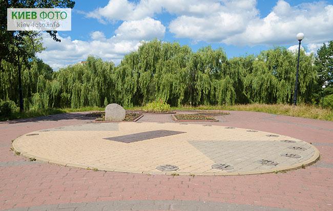 Сонячний годинник в Відрадному парку