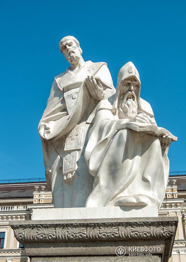 Пам'ятник княгині Ользі апостолу Андрію та Кирилу і Мефодію на Михайлівській площі