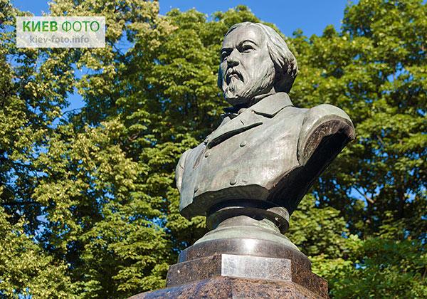 Пам'ятник Михайлу Глінці в Маріїнському парку