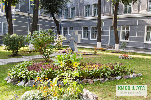 Пам'ятник Героям Небесної Сотні (у НПУ ім. М. Драгоманова)