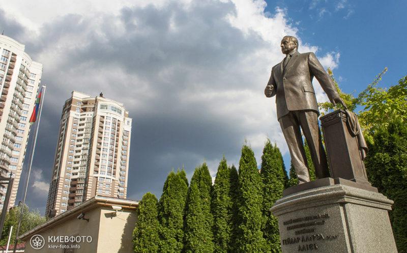 Пам'ятник Гейдару Алієву в Києві