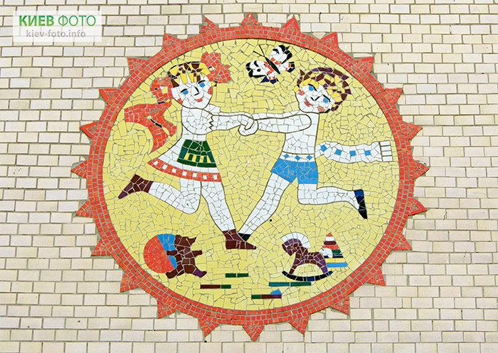 """Композиція """"Діти"""" на фасаді колишнього дитсадка №23"""