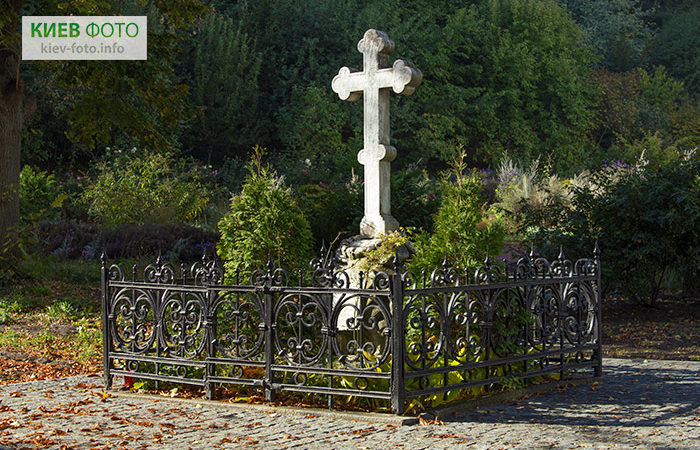 Надгробок на могилі Костянтина Ушинського