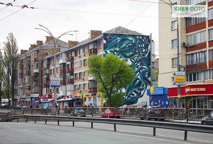 Мурал з ластівками на Севастопольській площі