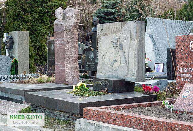 Надгробок на могилі Олександра Саєнка