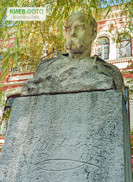 Пам'ятник Т.Г. Шевченку (в НАОМА)