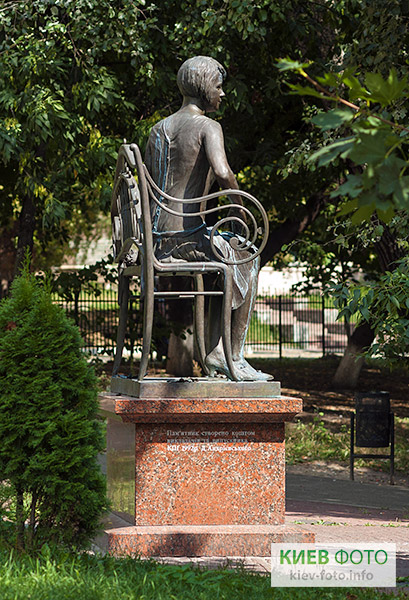 Пам'ятник Олені Телізі (в КПІ)