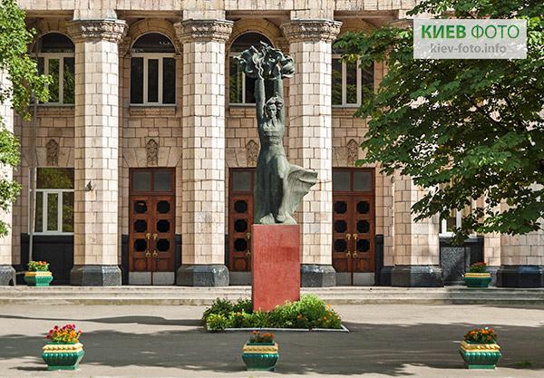 Пам'ятник Миколі Островському (перед КЕМТ)