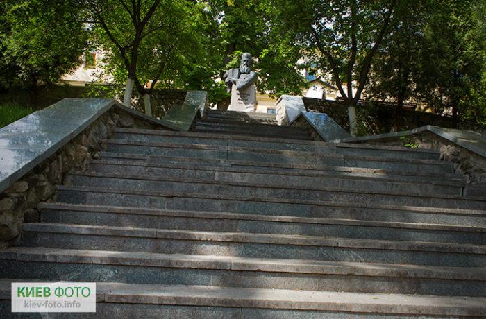 Пам'ятник митрополиту Петру Могилі (в Лаврі)