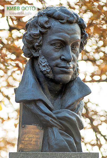 Пам'ятник Олександру Пушкіну (в гімназії № 153)
