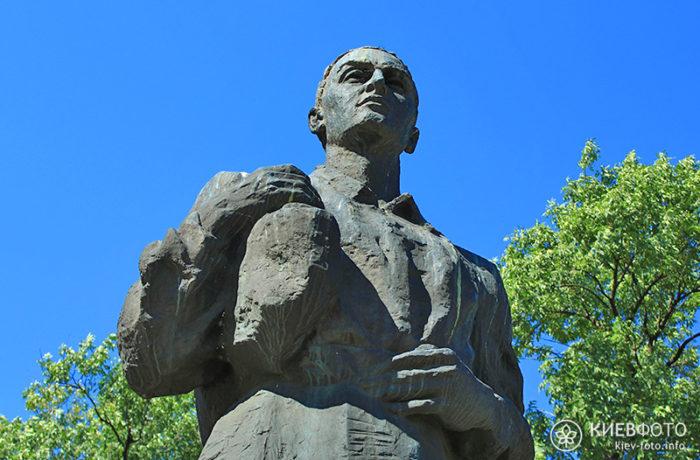 pamyatnik_skovorode_v_poltave_4