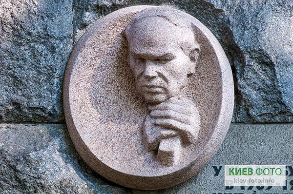 Меморіальна дошка Михайлу Стельмаху