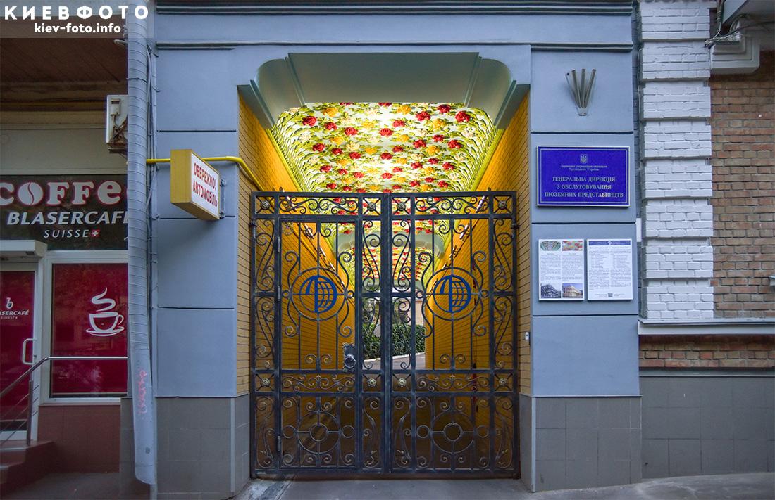 Ліпні троянди - шматочок Криму в серці Києва