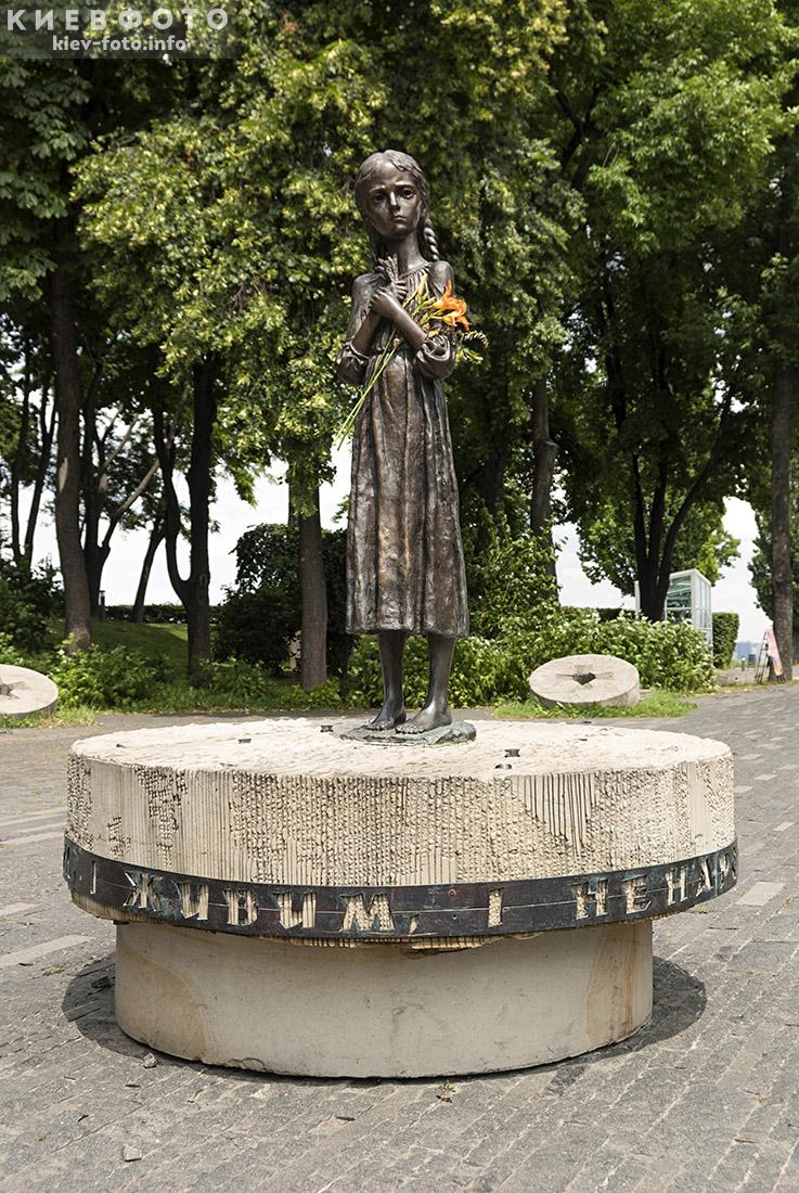 Меморіал жертв Голодомору на Печерську. Дівчинка з колосками