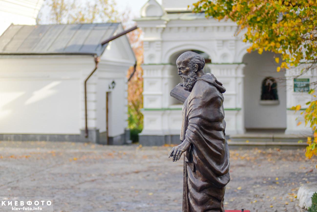 Пам'ятник Клименту Охридському в Лаврі