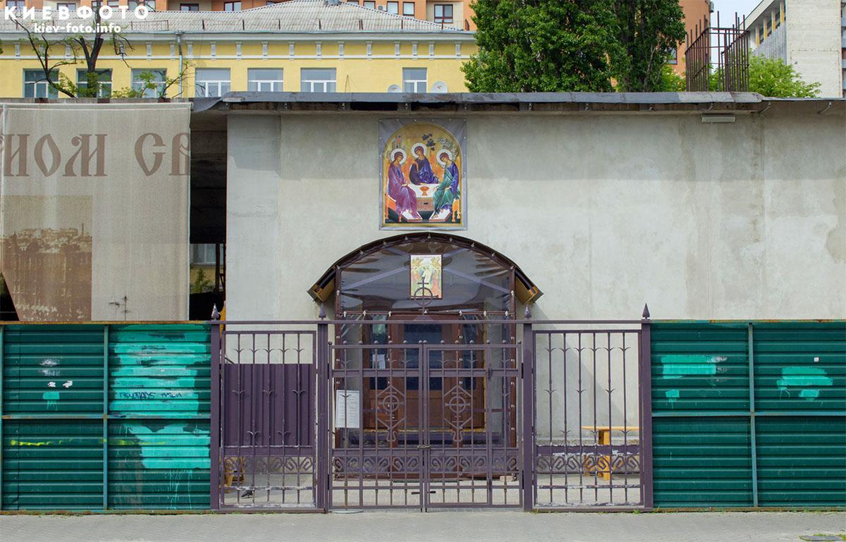 Церква Пресвятої Трійці на Жилянській (біля театру оперети і НСК «Олімпійський»)