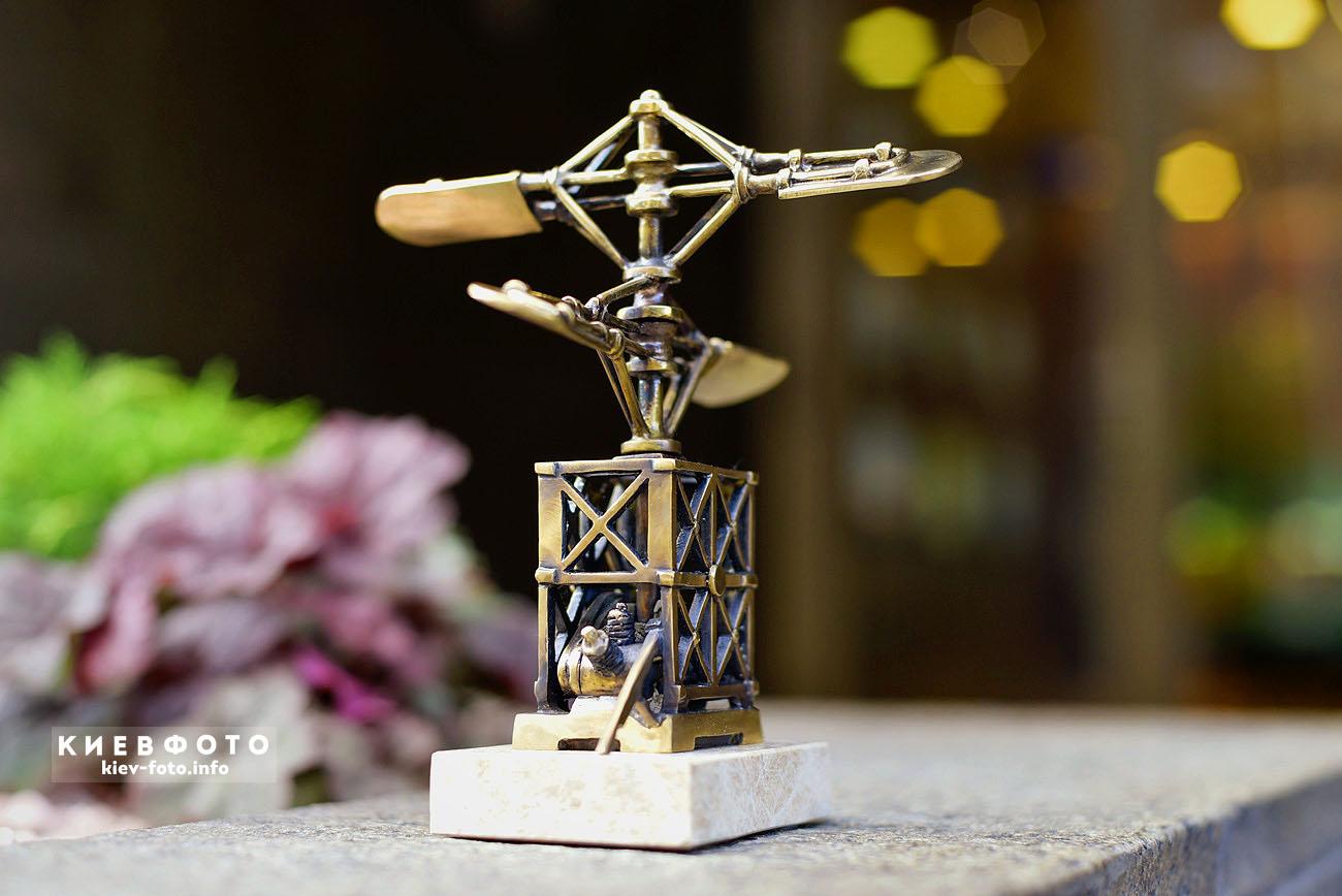 """Міні-скульптура """"Гелікоптер Сікорського"""" на Ярославовому Валу (Шукай!)"""