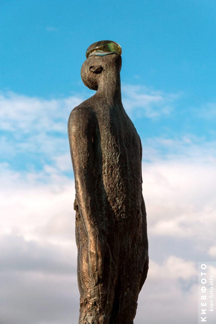 Скульптура «Дощ» на Пейзажній алеї