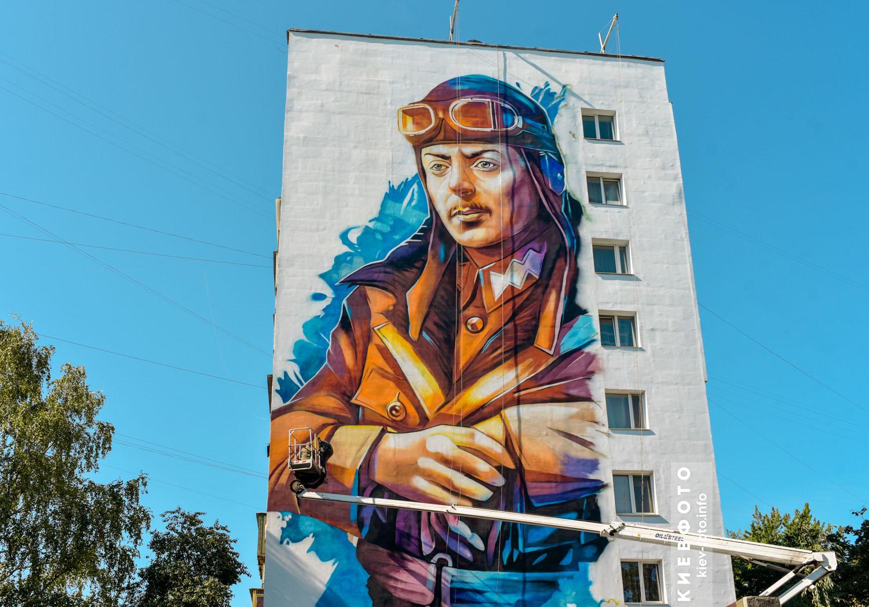 Мурал на честь військового льотчика Петра Франка на вулиці Антонова