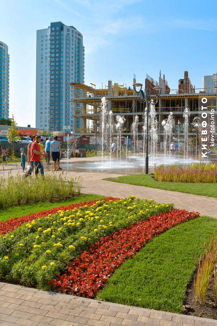 Світломузичний фонтан біля станції метро «Оболонь»
