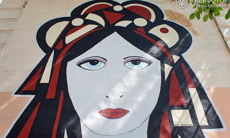 Мурал з портретом української дівчини