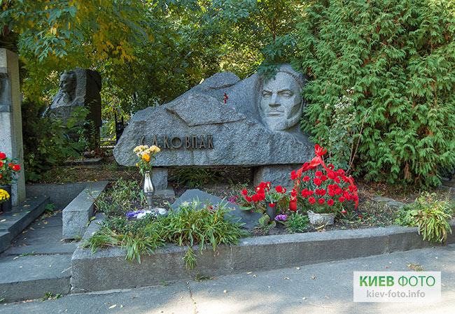 Надгробок на могилі Сидора Ковпака